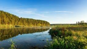 Panorama del paisaje hermoso del otoño con el lago y el bosque en el banco de Rusia, los Urales Fotos de archivo libres de regalías
