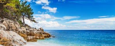 Panorama del paisaje marino con la playa del mármol de Saliara del Griego aka, isla de Thassos, Grecia Foto de archivo