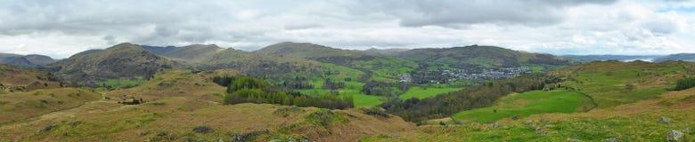 Panorama del paisaje: montañas, lago, valle, árboles Imagen de archivo libre de regalías