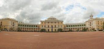 Panorama del palazzo di Pavlovsk e del monumento Pavel First Fotografia Stock