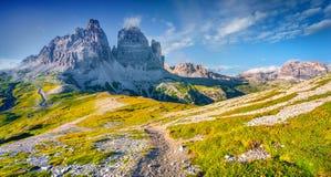 Panorama del parco nazionale Tre Cime di Lavaredo con il rifugio Immagini Stock Libere da Diritti