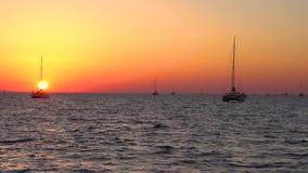 Panorama del parque del yate de la playa del cielo de la puesta del sol de la isla de Santorini metrajes