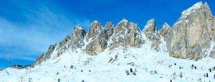 Panorama del passaggio di Gardena di inverno di mattina con la stazione dello sci (Italia). A Fotografia Stock Libera da Diritti