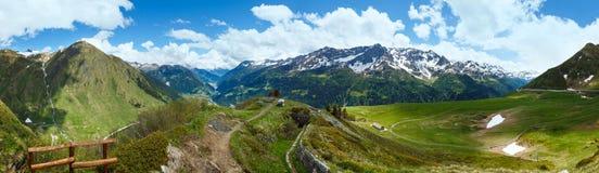 Panorama del passo di montagna delle alpi di estate. Fotografie Stock