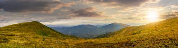 Panorama del pendio di collina con le pietre in alte montagne al tramonto Fotografia Stock
