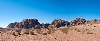 Panorama del Petra con el templo en la distancia Fotografía de archivo libre de regalías