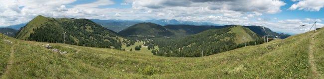 Panorama del planina de Soriska abajo de la cumbre de Lajnar en Julian Alps en Eslovenia Imagenes de archivo