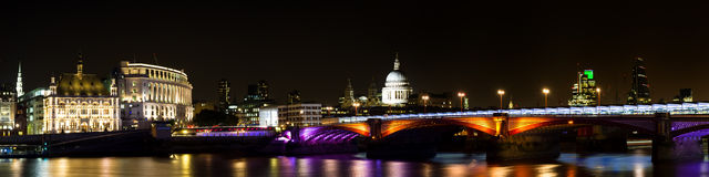 Panorama del ponte dei blackfriars alla notte Fotografia Stock