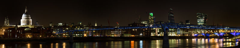 Panorama del ponte di millennio alla notte Immagini Stock