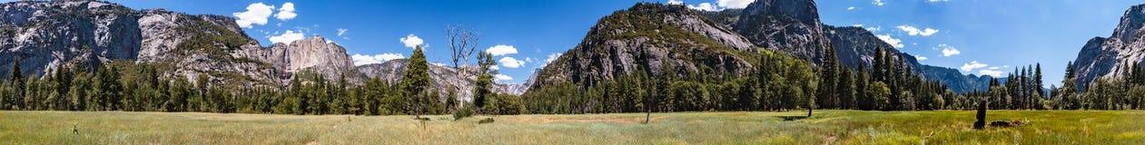 Panorama del prado en el valle del parque nacional de Yosemite Imágenes de archivo libres de regalías