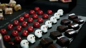 Panorama del primo piano giù ai dolci assortiti sulla tavola della barra di caramella