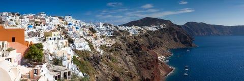 Panorama del pueblo cycladic de Oia Imágenes de archivo libres de regalías
