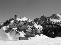 Panorama del pueblo de montaña en blanco y negro Imagen de archivo libre de regalías