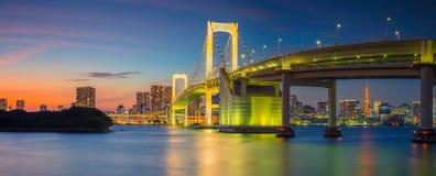 Panorama del puente del arco iris en Tokio imagenes de archivo