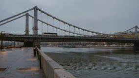 Panorama del puente crimeo en Moscú metrajes