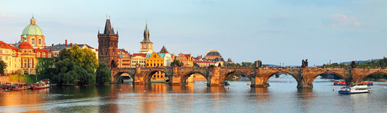 Panorama del puente de Charles en Praga, República Checa Fotografía de archivo