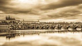 Panorama del puente de Charles y del castillo de Praga Fotos de archivo