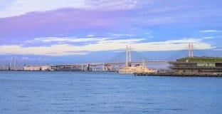 Panorama del puente de la bahía de Yokohama y del embarcadero de ÅŒsanbashi en el Minat foto de archivo