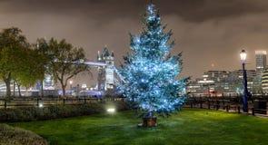 Panorama del puente de la torre en Londres con un árbol de navidad foto de archivo