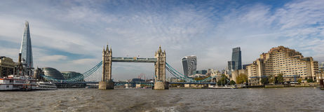 Panorama del puente de la torre en Londres visto del río Támesis Fotografía de archivo