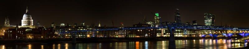 Panorama del puente del milenio en la noche Imagenes de archivo