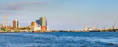 Panorama del puerto de Hamburgo en luz del sol de la tarde foto de archivo