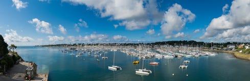 Panorama del puerto de sur Mer de Trinité del La en Bretaña, Francia Imagenes de archivo