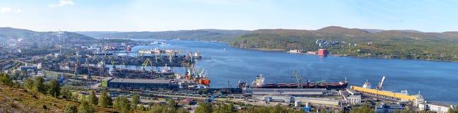 Panorama del puerto marítimo de Mumansk en un día de verano soleado imagenes de archivo