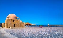 Panorama del puerto viejo hermoso de Chania con el faro asombroso, mezquita, astilleros venecianos, en la puesta del sol, Creta fotografía de archivo libre de regalías