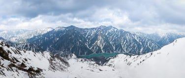 Panorama del punto di vista del paesaggio della catena montuosa della neve con cielo blu da Matsumoto a Toyama Immagini Stock