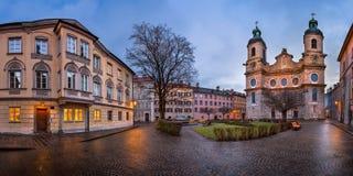 Panorama del quadrato di Domplatz e del san Jacob Cathedral, Innsbruck Fotografia Stock Libera da Diritti