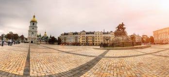 Panorama del quadrato di Sofiyska con il monumento di Bohdan Khmelnytsky dalla destra immagine stock