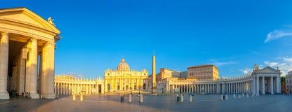 Panorama del quadrato di St Peter illuminato dai primi raggi del sole di mattina fotografia stock libera da diritti