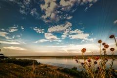 Panorama del río con el cielo azul y las nubes blancas Imagenes de archivo