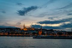 Panorama del río Danubio Vista de los edificios viejos de Budapest del parlamento húngaro y los templos y los edificios medievale foto de archivo