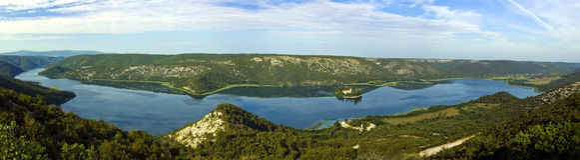 Panorama del río de Krka y la isla y el monaster Fotos de archivo libres de regalías