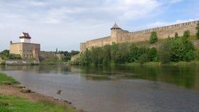 Panorama del río de Narva en un día nublado de agosto La frontera de Rusia y de Estonia almacen de metraje de vídeo