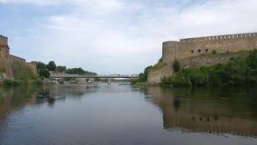 Panorama del río de Narva en un día nublado de agosto La frontera de Rusia y de Estonia metrajes