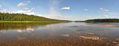 Panorama del río del norte protegido foto de archivo libre de regalías