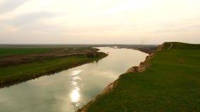 Panorama del río en la puesta del sol almacen de video