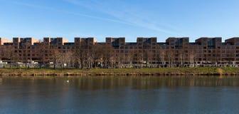 Panorama del río Mosa delante de una línea de apartamentos en Maastricht imagenes de archivo