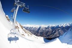 Panorama del ropeway della seggiovia sopra la montagna Fotografia Stock Libera da Diritti