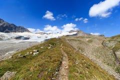 Panorama del sendero y del glaciar con la montaña Kristallwand, montañas de Hohe Tauern, Austria Imagenes de archivo