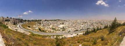 Panorama del suburbio de Jerusalén oriental y de una ciudad de Cisjordania Imagen de archivo