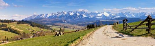 Panorama del sud della Polonia con le montagne nevose di Tatra in primavera, Fotografie Stock