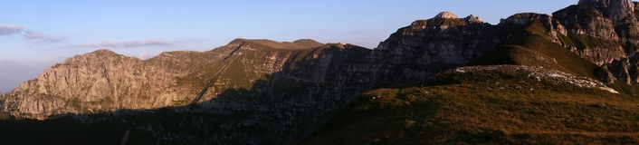 Panorama del supporto Bucsoiu, del supporto Padina Crucii e del supporto Tiganesti dalle montagne di Bucegi Fotografia Stock Libera da Diritti