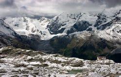 Panorama del sur de las montan@as del Tirol con la choza de Dusseldorfer Imágenes de archivo libres de regalías