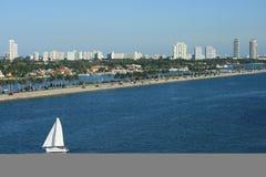 Panorama del sur de Miami la Florida de la playa con el barco de vela Fotografía de archivo libre de regalías