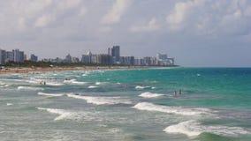 Panorama del sur 4k los E.E.U.U. de la playa de Miami de las olas oceánicas del día de verano almacen de video