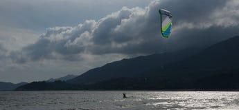 Panorama del surfista dell'aquilone in baia nuvolosa Fotografia Stock Libera da Diritti